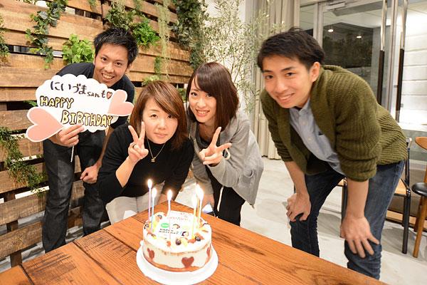 誕生日メンバーでケーキを前に撮影